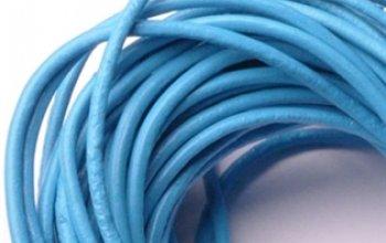 Kožená šňůrka kulatá světle modrá, tl. 2 mm -…